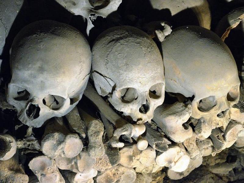 015 - Three Skulls and Bones, Fontanelle Cemetery, Napoli